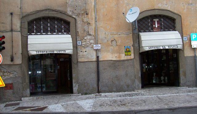 Veroli, locale commerciale con due ingressi